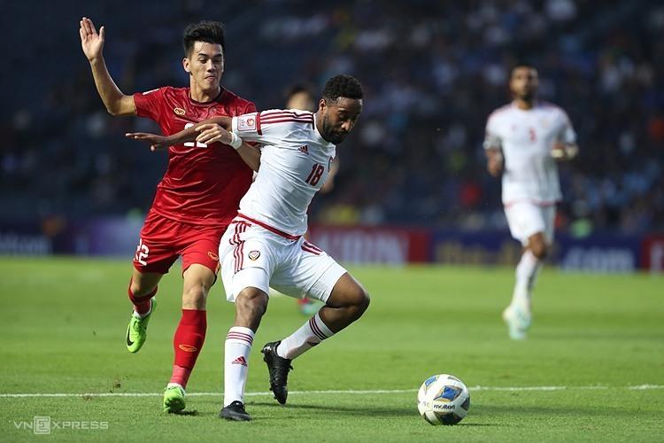 Tiến Linh - một trong hai tiền đạo trụ cột của Việt Nam - tranh chấp bóng với cầu thủ UAE ở trận ra quân bảng D hôm 10/1. Ảnh: Đức Đồng.