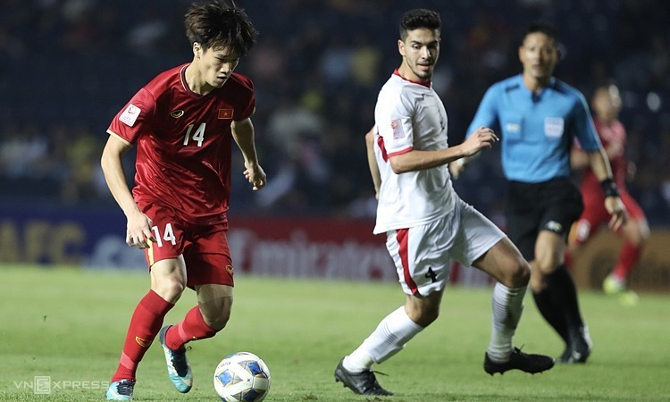 Việt Nam (áo đỏ) vẫn có nhiều cơ hội đi tiếp nếu thắng Triều Tiên, nhưng phải chờ Jordan và UAE không bắt tay nhau. Ảnh: Đức Đồng.