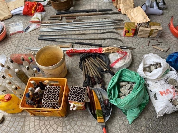 Tang vật là vũ khí, công cụ hỗ trợ, cơ quan công an thu giữ tại Đồng Tâm. Ảnh. Công an cung cấp ngày 9/1