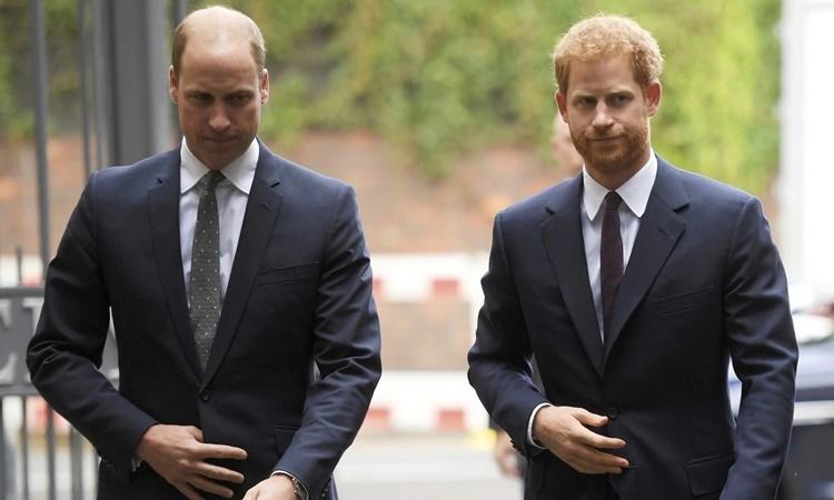 Hoàng tử William (trái) và Hoàng tử Harry ở London hồi năm 2017. Ảnh: AP.