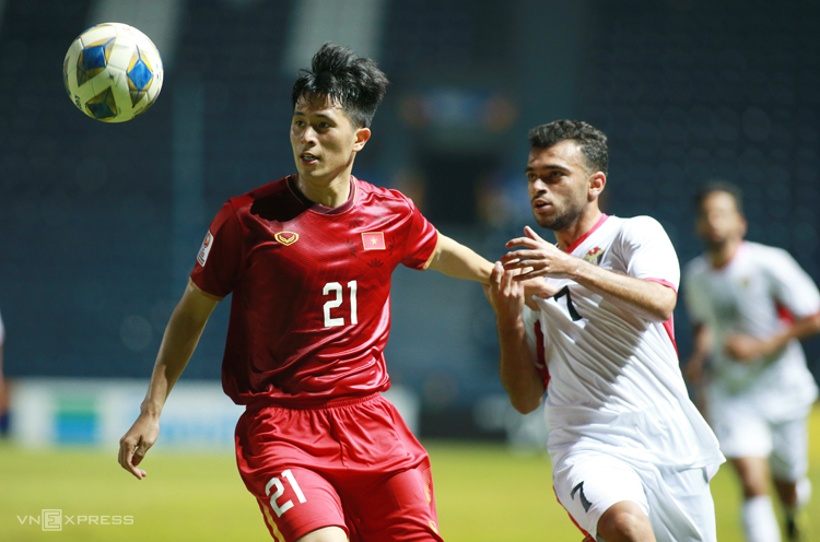 Đình Trọng khoá chết các tiền đạo UAE trong trận hoà 0-0 tại Buriram tối 13/1. Ảnh: Lâm Thoả