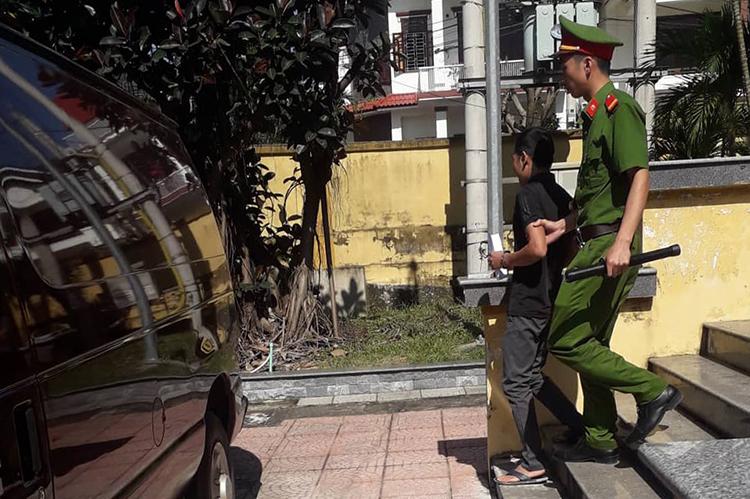 Quang bị dẫn giải ra xe phạm nhân. Ảnh: Hoàng Táo