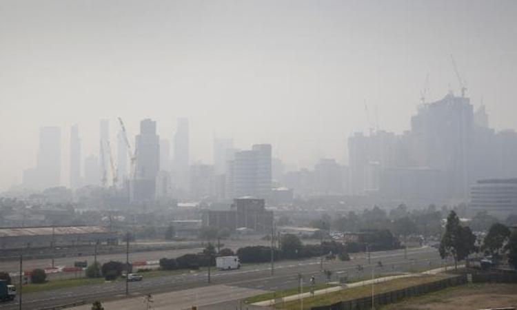 Khói bụi từ các đám cháy rừng bao phủ Melbourne, bang Victoria, Australia hôm nay. Ảnh: The Australian.