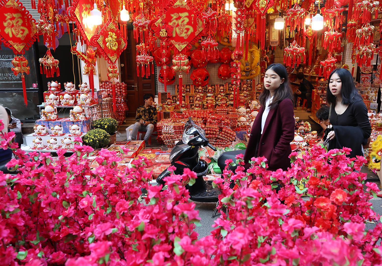 Chợ Tết phố cổ ngập sắc đỏ
