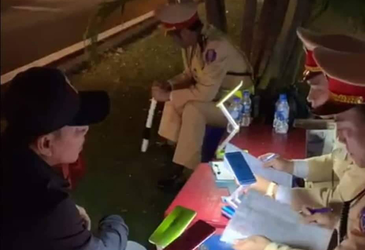 Cảnh sát lập biên bản vi phạm hành chính với tài xế Vinh song anh này không ký. Ảnh: CTV