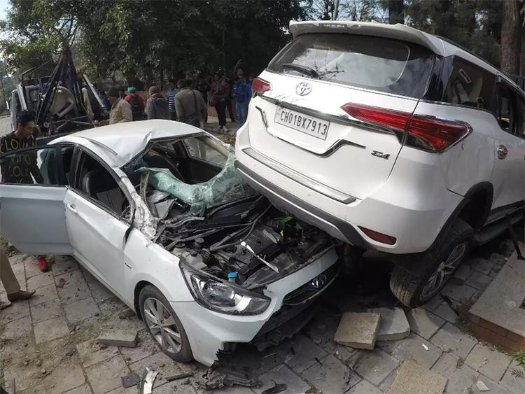 Chiếc Hyundai là một trong hai xe bị rơi trúng và hư hỏng nặng nhất. Ảnh: Times of India