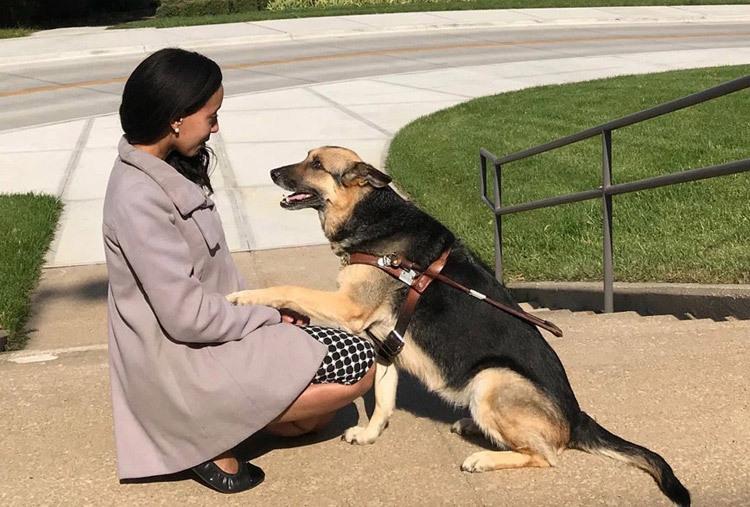 Haben Girma và chú chó dẫn đường Maxine. Ảnh: Courtesy of Girma Family Collection.