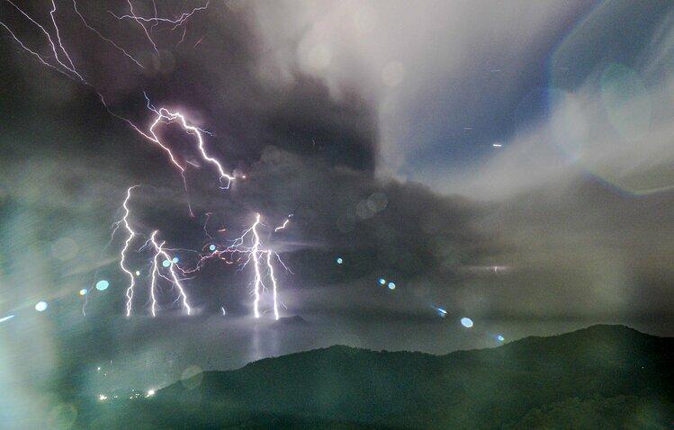 Rất nhiều tia sét xuất hiện trong cột tro bụi núi lửa Taal. Ảnh: Inquirer