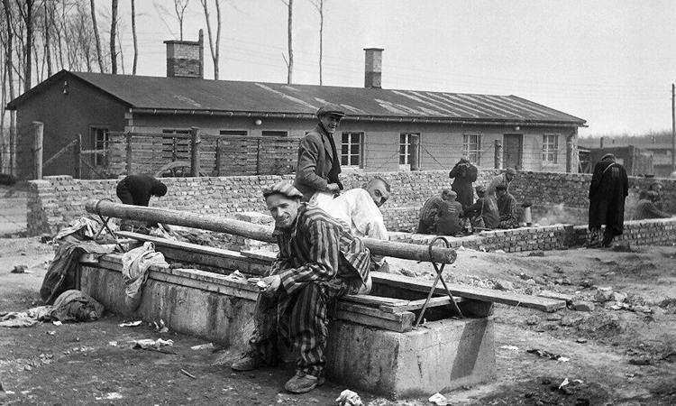 Tù nhân còn lại sau khi trại Buchenwald ở Đức được giải phóng thang 4/1945. Ảnh: AFP.