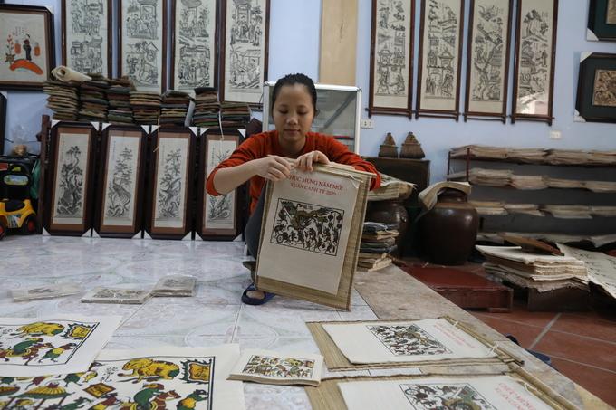 Nghệ nhân Đông Hồ làm tranh Tết