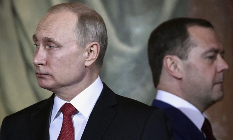 Tổng thống Nga Putin (trái) và Thủ tướng NgaDmitry Medvedev tại Moskva tháng 4/2018. Ảnh: AFP.