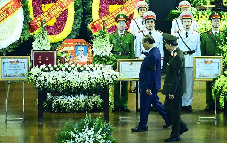 Thủ tướng Nguyễn Xuân Phúc và Bộ trưởng Tô Lâm đi vòng quanh balinh cữu cảnh sát. Ảnh: Giang Huy