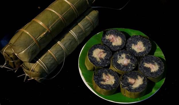 Bánh chưng đen là món ăn không thể thiếu trong dịp lễ, tết của người Tày.