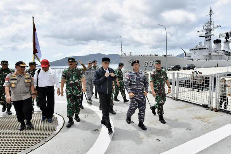Tổng thống Indonesia Widodo, thứ hai từ phải sang, thăm căn cứ quân sự trên đảo Natuna hôm 8/1. Ảnh: Văn phòng Tổng thống Indonesia.