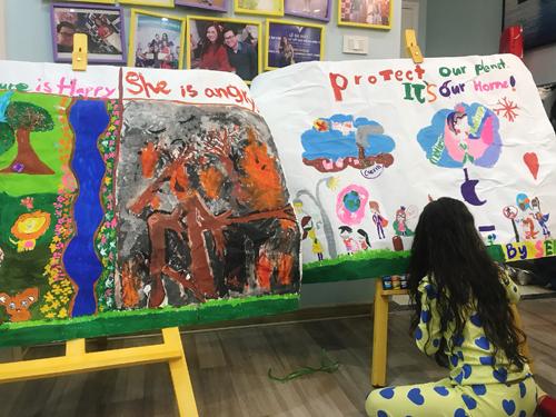 Sena tập trung bangày cho haibức tranh lớnvề mẹ thiên nhiên trongphần thi tài năng siêu mẫu nhí.