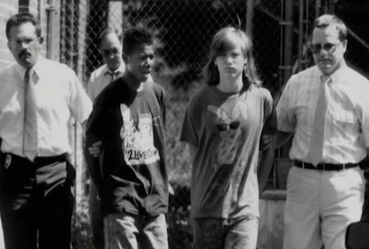 Brian Davis và Christopher Green (giữa) bị bắt giữ. Ảnh: Filmrise.