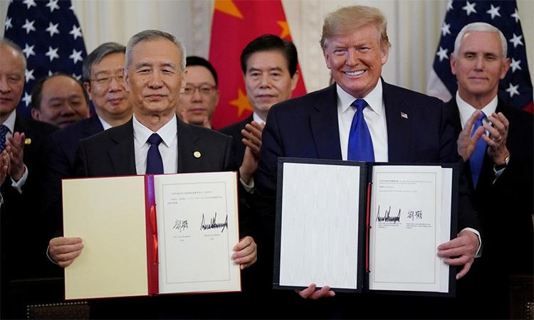 Phó thủ tướng Trung Quốc Lưu Hạc (phía trước, bên trái) và Tổng thống Mỹ Donald Trump (phía trước, bên phải) sau lễ ký thỏa thuận thương mại giai đoạn một ngày 15/1 tại Washington D.C. Ảnh: Reuters.