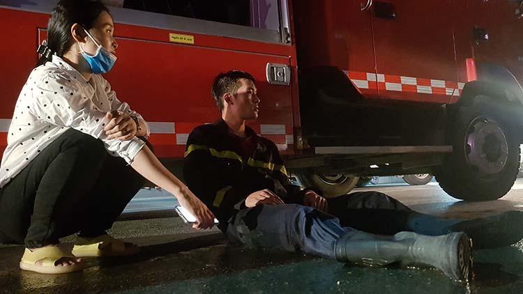 Một cảnh sát trẻ kiệt sức khi làm nhiệm vụ đêm 16/1 ở Thanh Hoá. Ảnh: Lê Hoàng.
