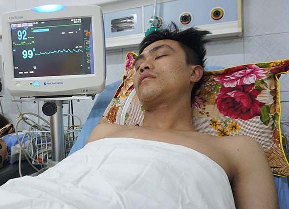 Trung sĩ Dương Văn Nam đang điều trị tại Khoa Hồi sức tích cực Bệnh viện Đa khoa tỉnh Thanh Hoá cùng hai đồng đội. Ảnh: Lê Hoàng.