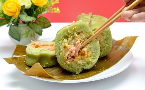 Miền Trung dùng bánh tét thay cho bánh trưng, ăn kèm dưa món.
