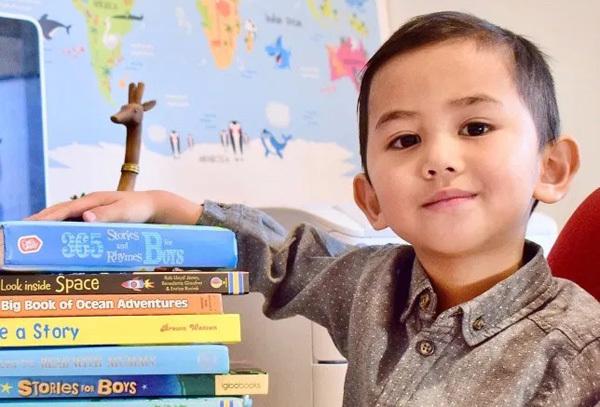 Năm 2 tuổi, Haryz có thể tự đọc truyện trước giờ đi ngủ. Ảnh: Nur Anira Asyikin Hashim.