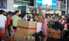 Ba năm không dám về Việt Nam ăn Tết vì tốn kém quà cáp - ảnh 1