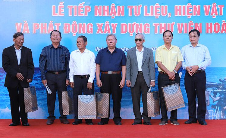 Các nhân chứng Hoàng Sa thời kỳ Việt Nam Cộng hoà nhận quà từ UBND huyện Hoàng Sa. Ảnh: Nguyễn Đông.