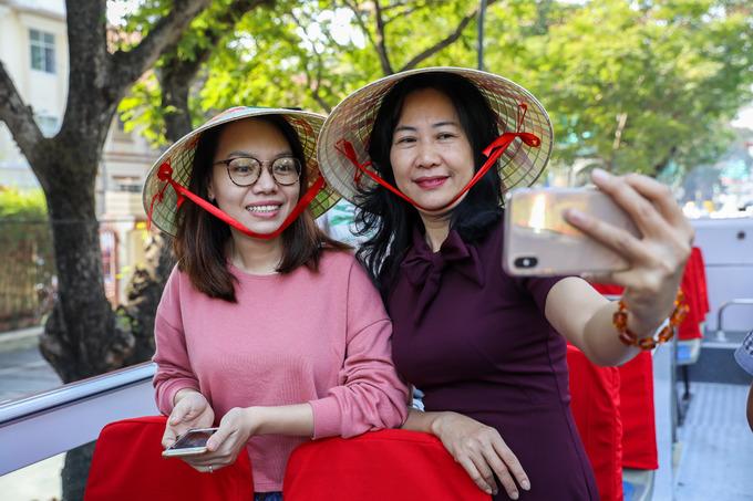 Du khách vi vu Sài Gòn bằng buýt mui trần