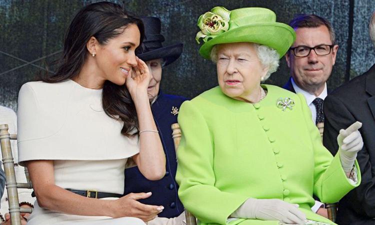 Nữ hoàng Anh Elizabeth II (phải) và Công nương Meghan tại một sự kiện ở hạt Cheshire, Anh hồi tháng 6/2018. Ảnh: Reuters.