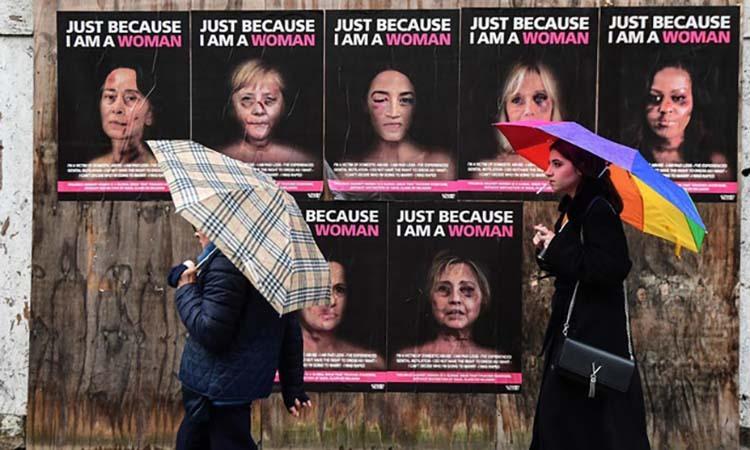 Ảnh Merkel, Clinton mặt bầm tím trên phố Italy - ảnh 1