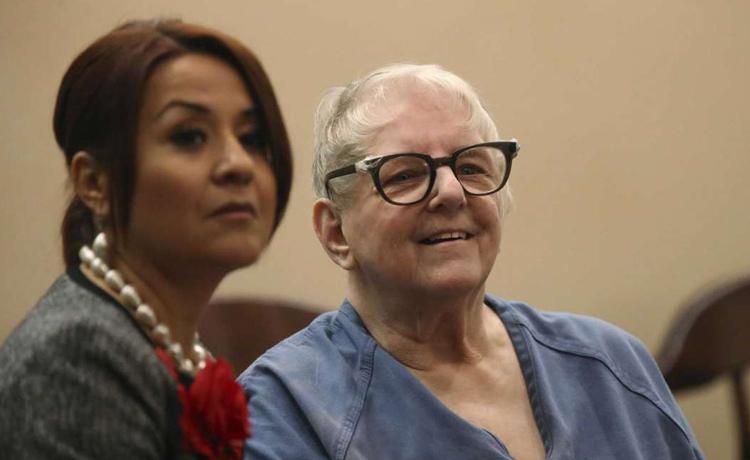 Genene Jones (phải) cùng luật sư trong phòng xử án ngày 16/1. Ảnh: Jerry Lara/San Antonio Express-News.