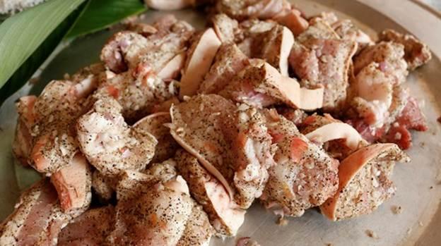 Thịt ba chỉ được ướp tiêu, muối, hành.