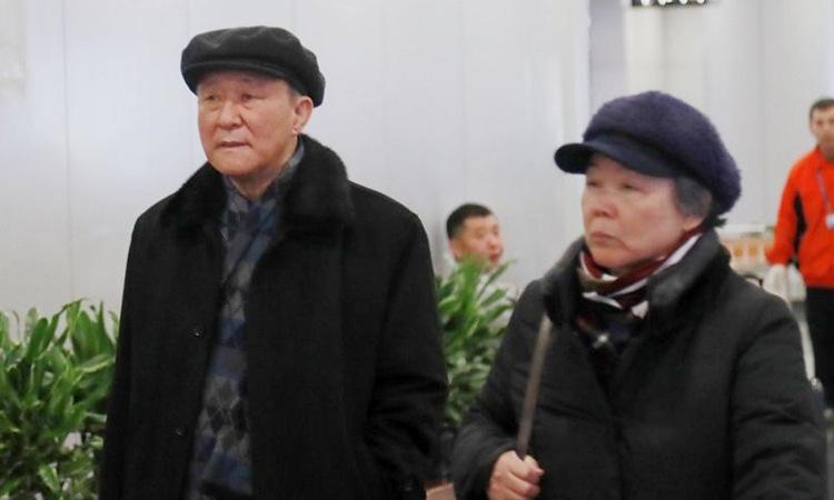 Đại sứ Ji Jae-ryong (trái) cùng vợ tại sân bay Bắc Kinh hôm 18/1. Ảnh: Yonhap.