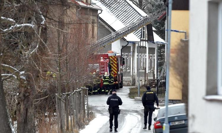Lính cứu hỏa có mặt tại hiện trường vụ hỏa hoạn. Ảnh: AP.