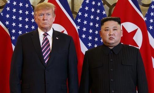 Tổng thống Mỹ Donald Trump (trái) và lãnh đạo Triều Tiên Kim Jong-un tại hội nghị thượng đỉnh ở Hà Nội hồi tháng 2/2019. Ảnh: AP.