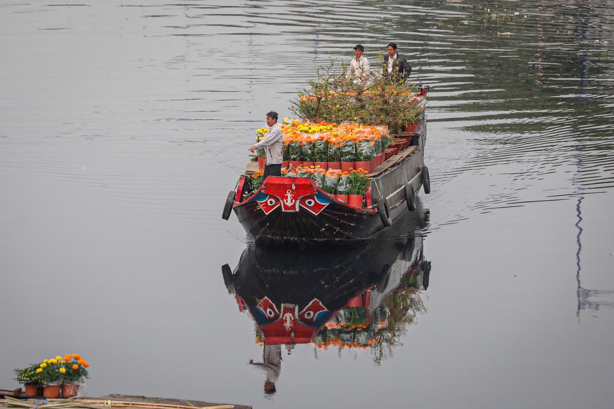 Chợ hoa 'trên bến dưới thuyền'