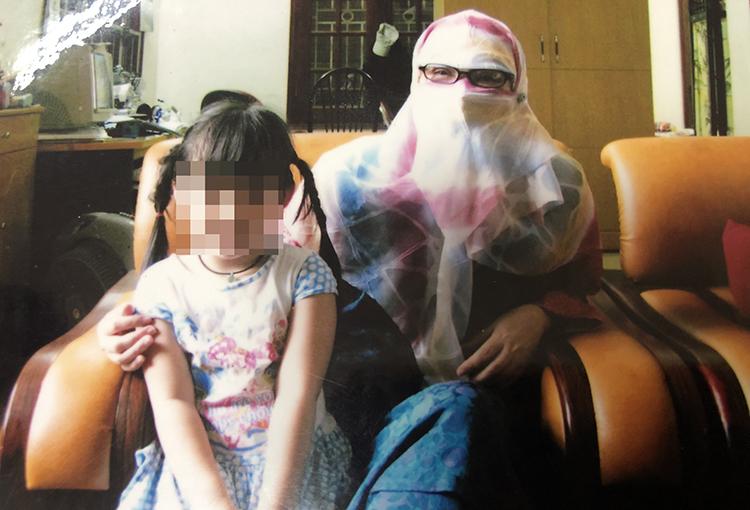 Bà Loan (phải) trong bộ trang phục Hồi giáo che kín mặt để đi học. Ảnh: Nhân vật cung cấp.
