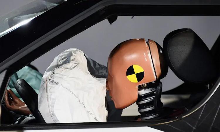 Trong trường hợp xảy ra tai nạn, túi khí vỡ và một số mảnh kim loại sắc nhọn có thể gây thương vong với người trên xe. Ảnh: The West Australian