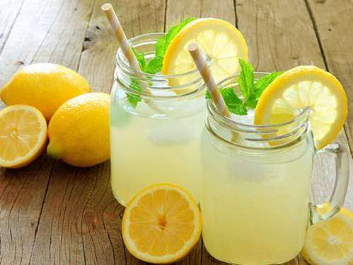 Uống nước chanhgiúp giải cơn khát hiệu quả.