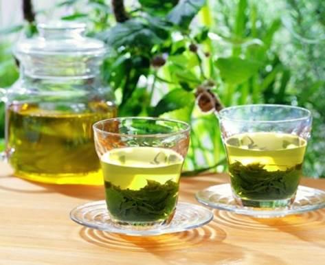 Uống trà xanh là phương pháp giải rượu quen thuộc, giúp đẩy nhanh cồn trong dạ dày.