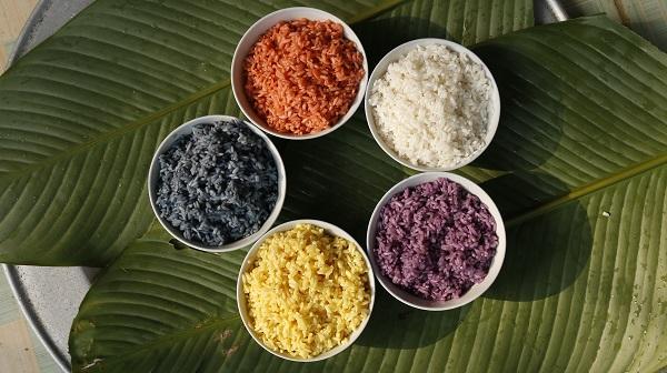Gạo được tạo màu tươi sáng.