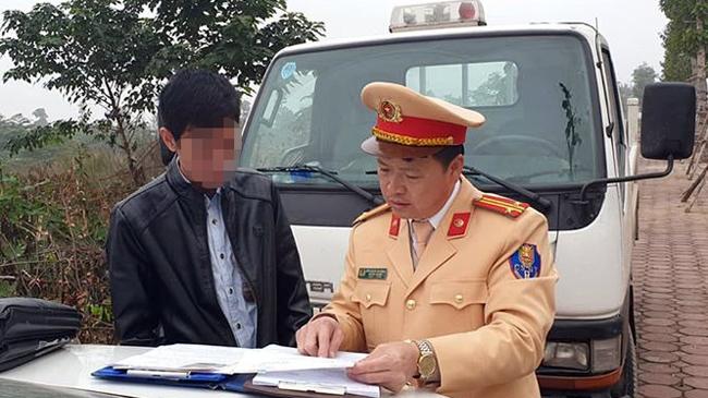 Cảnh sát lập làm việc với tài xế xe buýt sáng 21/1. Ảnh. Văn Sơn