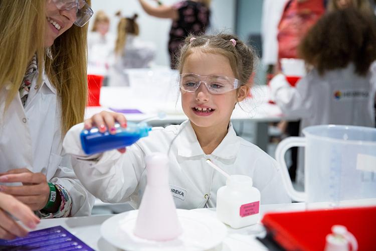Một học sinh đang làm thí nghiệm hóa học tại Phòng thí nghiệm trẻ em, Trung tâm khoa học Heureka (Vantaa, Phần Lan). Ảnh: Shutterstock