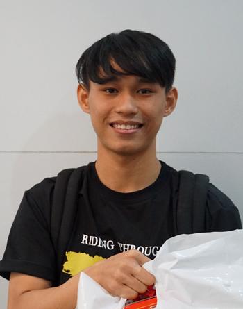 Nguyễn Quốc Trung nhận quà từ Thành Đoàn TP HCM dành cho sinh viên đón Tết xa quê. Ảnh: Mạnh Tùng.