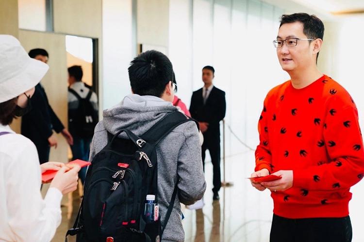 Người sáng lập, chủ tịch kiêm giám đốc điều hành Tencent Mã Hóa Đằng (áo đỏ) phát lì xì cho nhân viên đầu năm mới 2019. Ảnh: SCMP