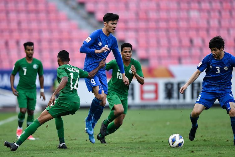 Cả Saudi Arabia và Uzbekistan đều mắc sai lầm, nhưng chỉ một đội trừng phạt được đối thủ ở những phút cuối trận. Ảnh: AFC.