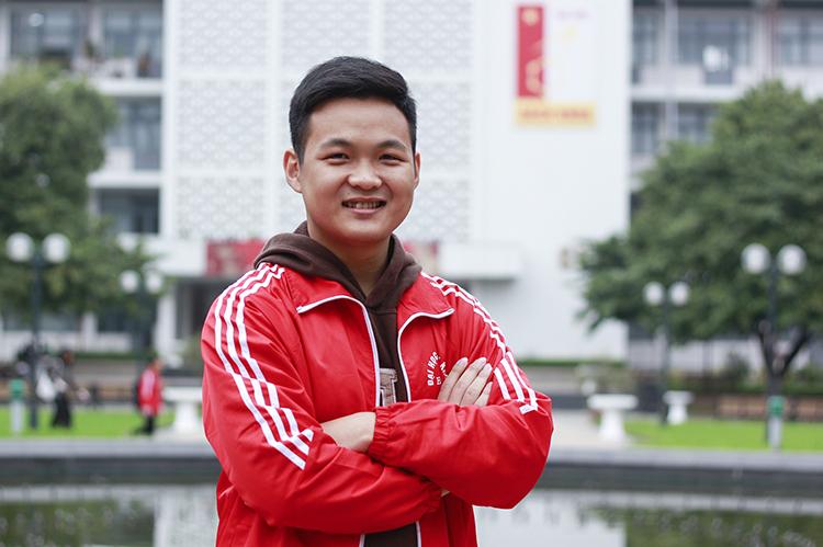 Hà Việt Hoàng đang là sinh viên năm hai ngành Điện tử - Viễn thông của Đại học Bách khoa Hà Nội. Ảnh: Dương Tâm
