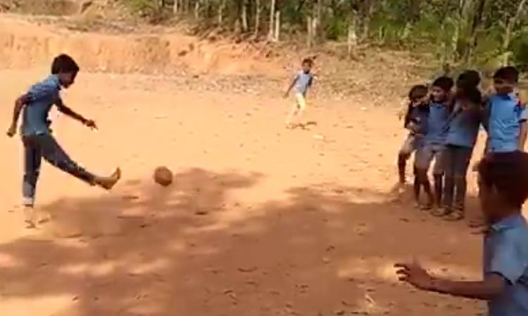 Pha phối hợp đá phạt ghi bàn trên sân đất -