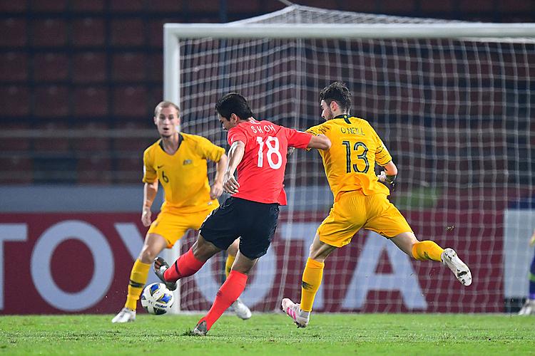 Oh Se Hun (số 10) chơi nổi bật trong hiệp một. Ảnh: AFC.