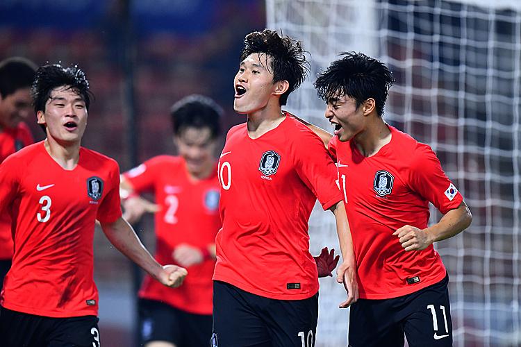 Dong-gyeong mừng bàn ấn định chiến thắng cùng các đồng đội. Ảnh: AFC.